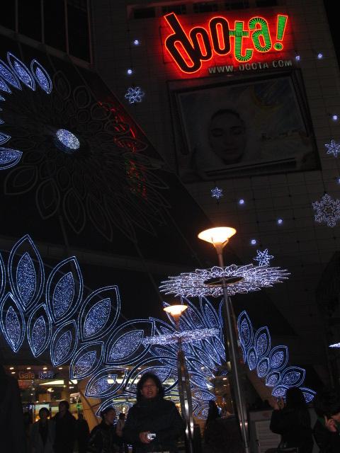 Sudut pertokokan pakaian dan asesoris di Dongdaemoon yang memiliki jam kerja seperti pasar induk sayur mayur di Jakarta, mulai beraktifitas semenjak sore dan berakhir di pagi hari
